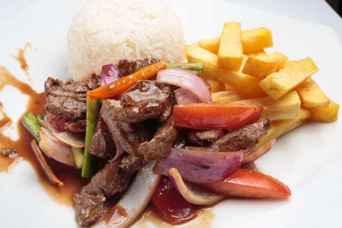 imagen plato de lomo saltado de carne peruano