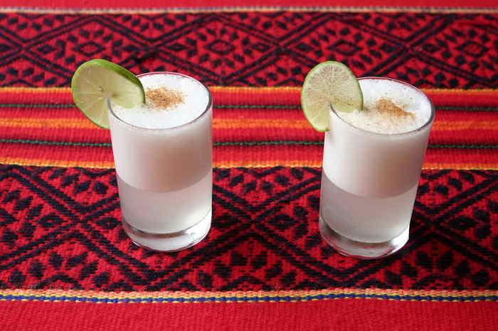 imagen de dos vasos de pisco sour peruano