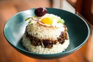 imagen plato de arroz tapado de carne