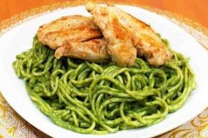 imagen plato de tallarines verdes con pollo