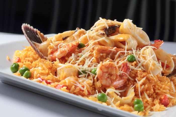 imagen plato con arroz con mariscos peruano