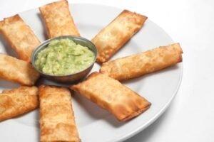 imagen plato de tequeños peruano con guacamole