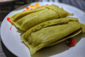imagen plato con dos tamales verdes piuranos