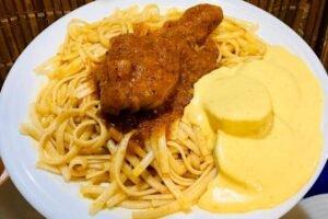imagen plato de tallarines rojos peruanos con pollo