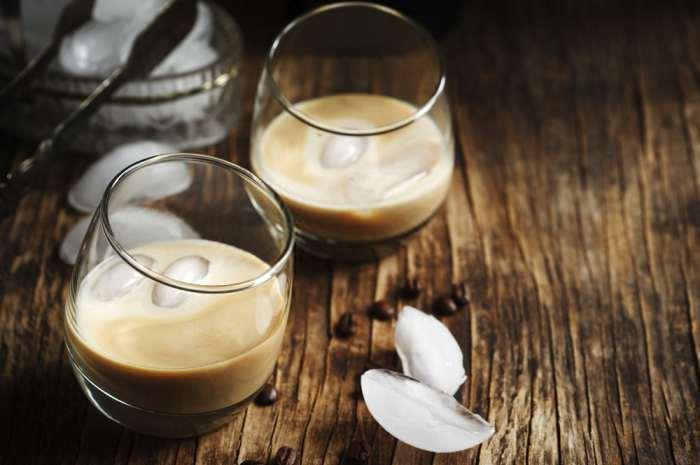 imagen 2 vasos de coctel de algarrobina con hielo