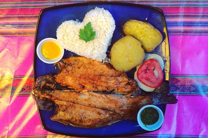 imagen plato de trucha frita con papas y arroz