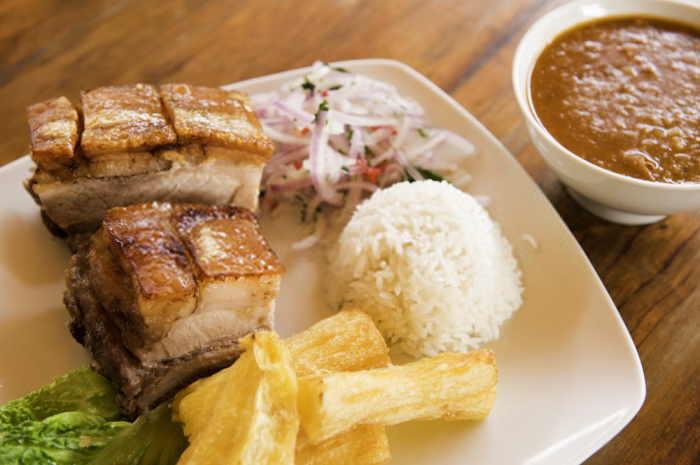 imagen plato con chancho al cilindro, arroz y yuca sancochada