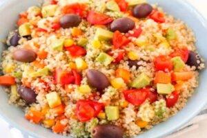 imagen plato con ensalada de quinua, palta, aceitunas y maiz