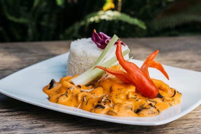 imagen de un plato de picante de mariscos con arroz blanco