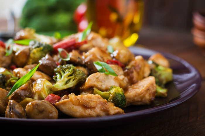 imagen de un plato de pollo con verduras chino