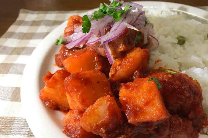 imagen plato de puca picante con arroz y salsa criolla