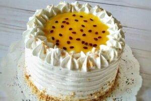 imagen torta de maracuya con merengue y pulpa al centro