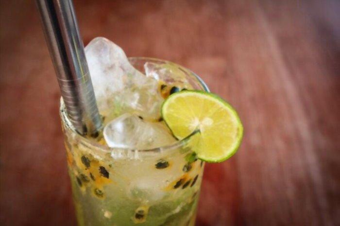 imagen vaso con chilcano de maracuya y una rodaja de limón