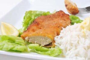 imagen plato de milanesa de pollo con arroz y ensalada