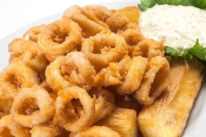 imagen plato de chicharron de calamar con yuca frita
