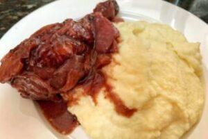 imagen plato de pollo al vino con puré