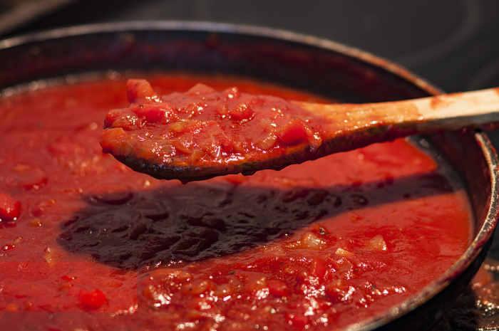 imagen de olla con salsa de tomate